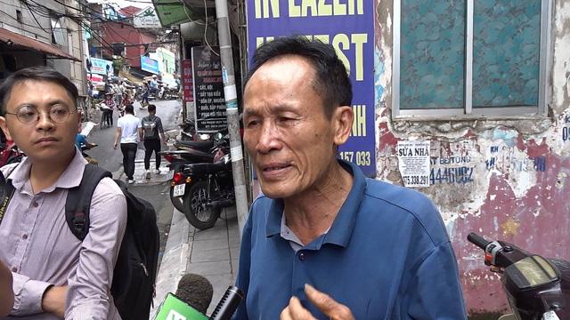 Ông Hiệp bật khóc khi chia sẻ với phóng viên về vụ cháy