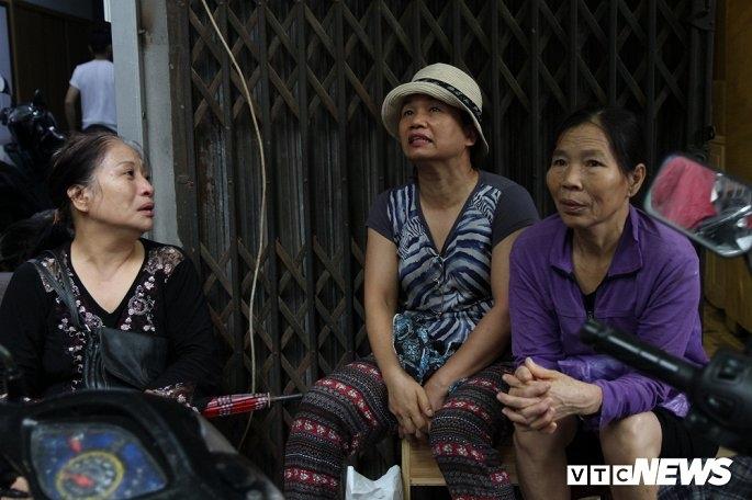 Bà Mười (giữa) chưa biết làm sao để ổn định cuộc sống.