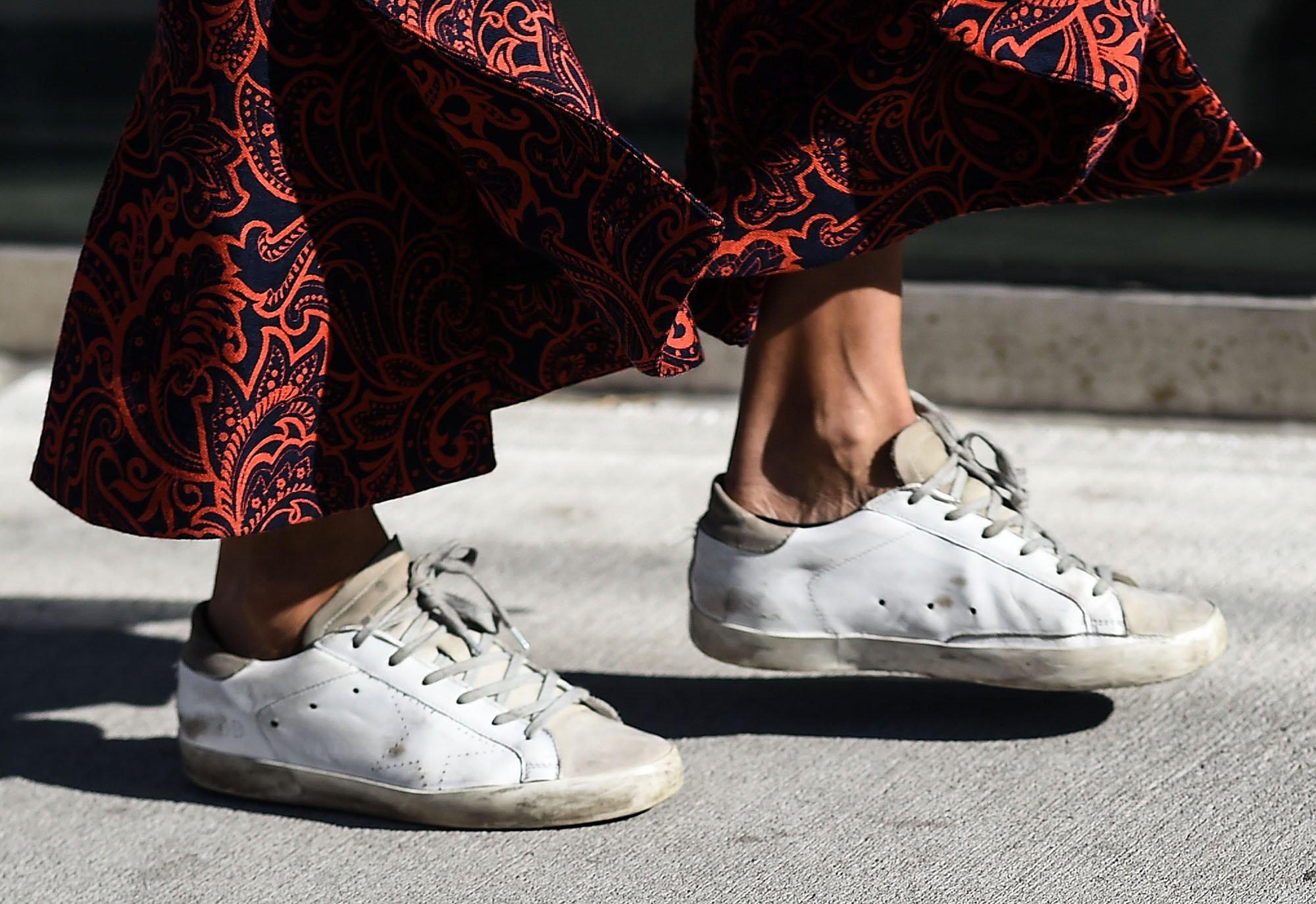 Golden Goose ra sneaker vừa bẩn vừa dán băng dính chằng chịt, cư dân mạng bức xúc: Khác nào chế giễu người nghèo - Ảnh 1.