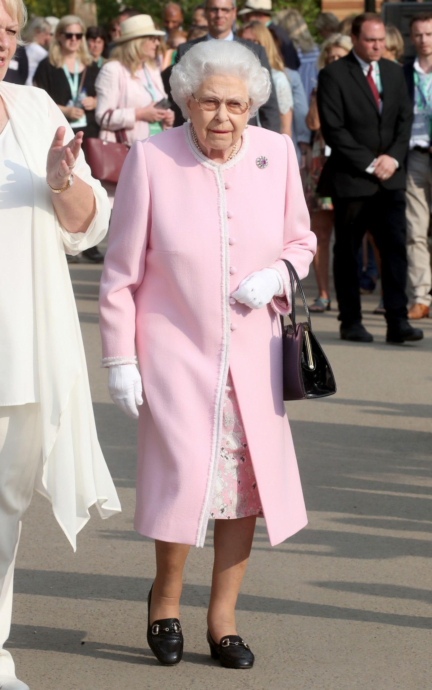 Ngoài gu diện đồ sặc sỡ, Nữ hoàng Anh còn có 5 bí mật làm nên phong cách thời trang không thể trộn lẫn - Ảnh 16.