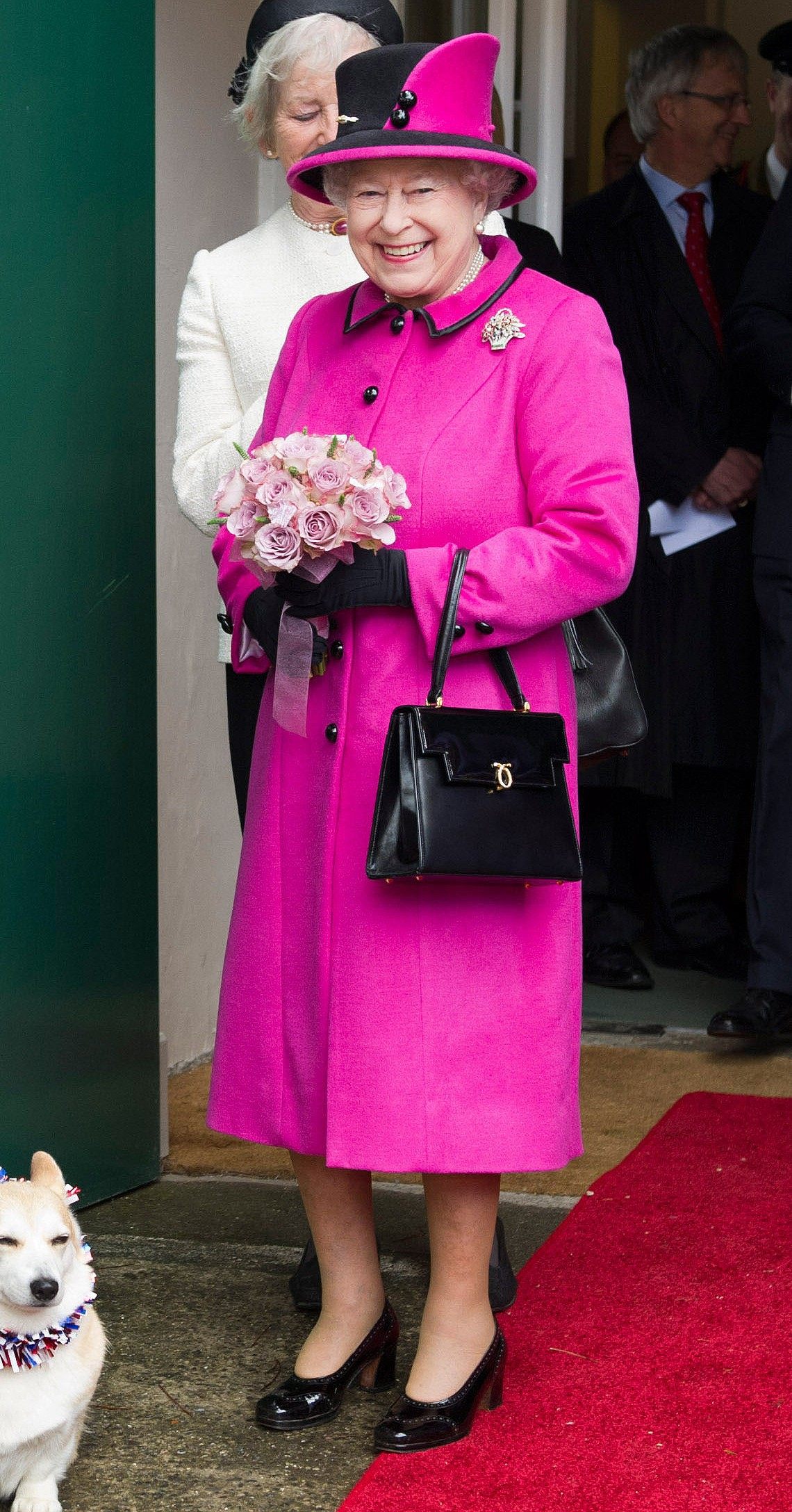 Ngoài gu diện đồ sặc sỡ, Nữ hoàng Anh còn có 5 bí mật làm nên phong cách thời trang không thể trộn lẫn - Ảnh 4.