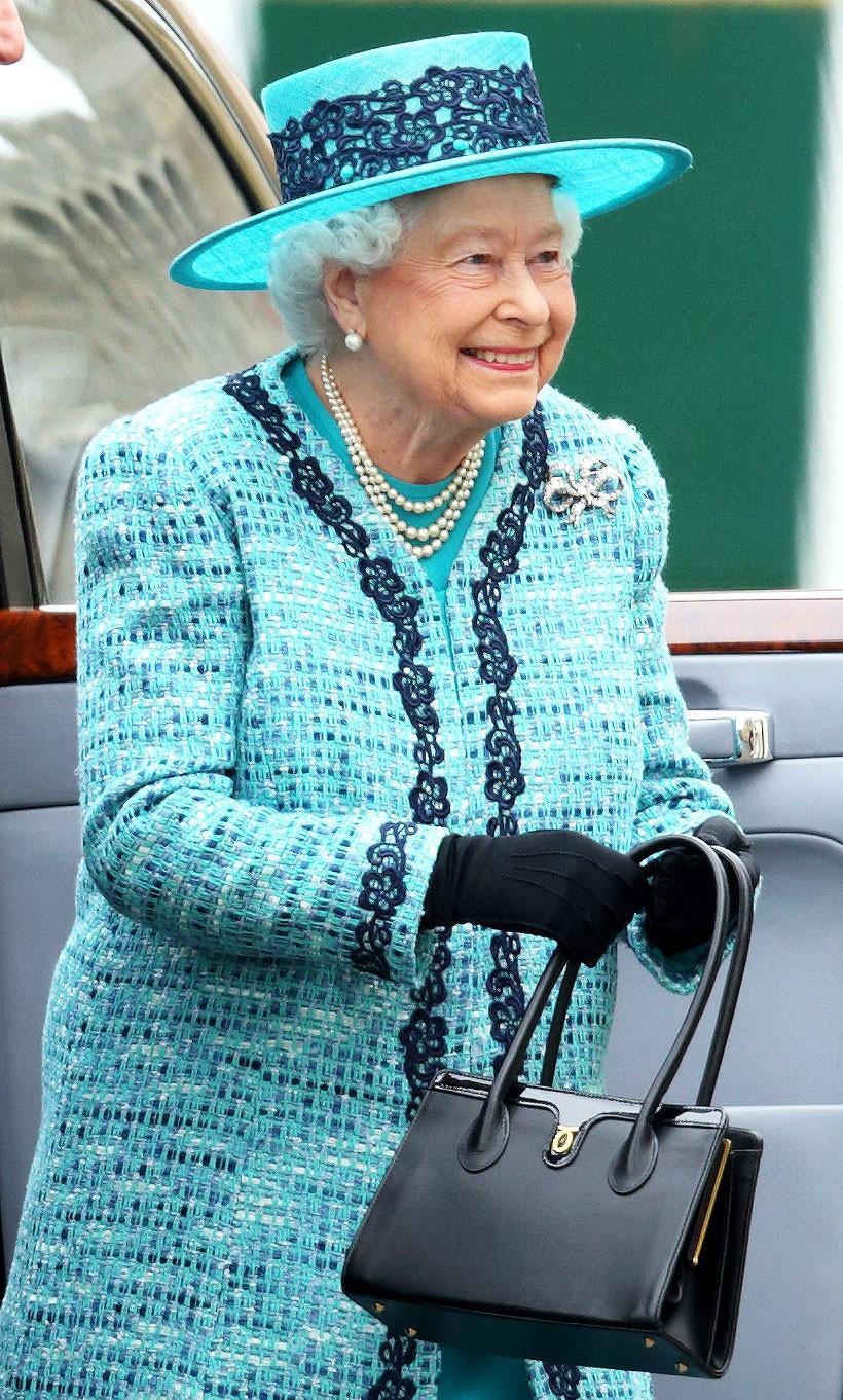Ngoài gu diện đồ sặc sỡ, Nữ hoàng Anh còn có 5 bí mật làm nên phong cách thời trang không thể trộn lẫn - Ảnh 3.
