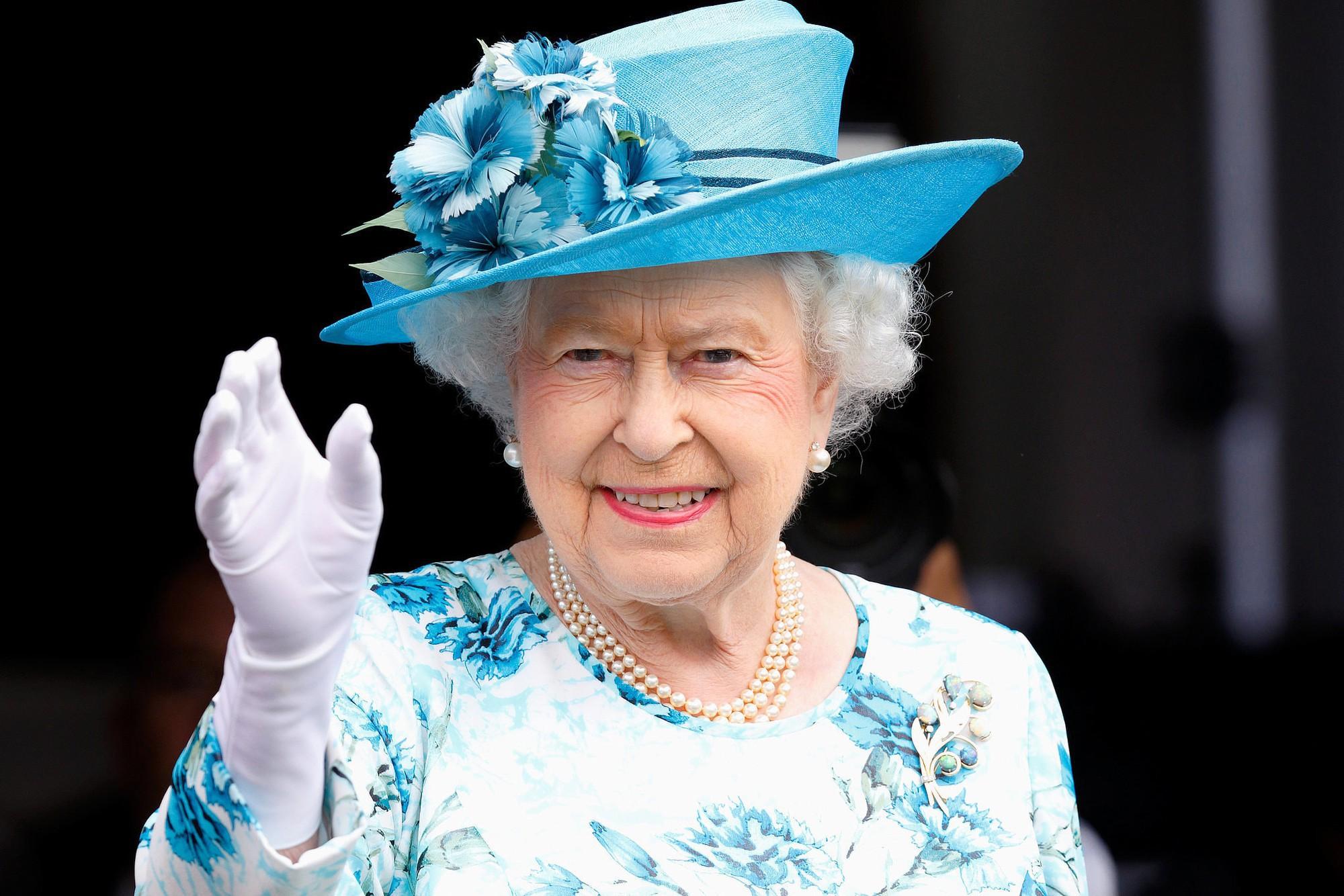 Ngoài gu diện đồ sặc sỡ, Nữ hoàng Anh còn có 5 bí mật làm nên phong cách thời trang không thể trộn lẫn - Ảnh 6.
