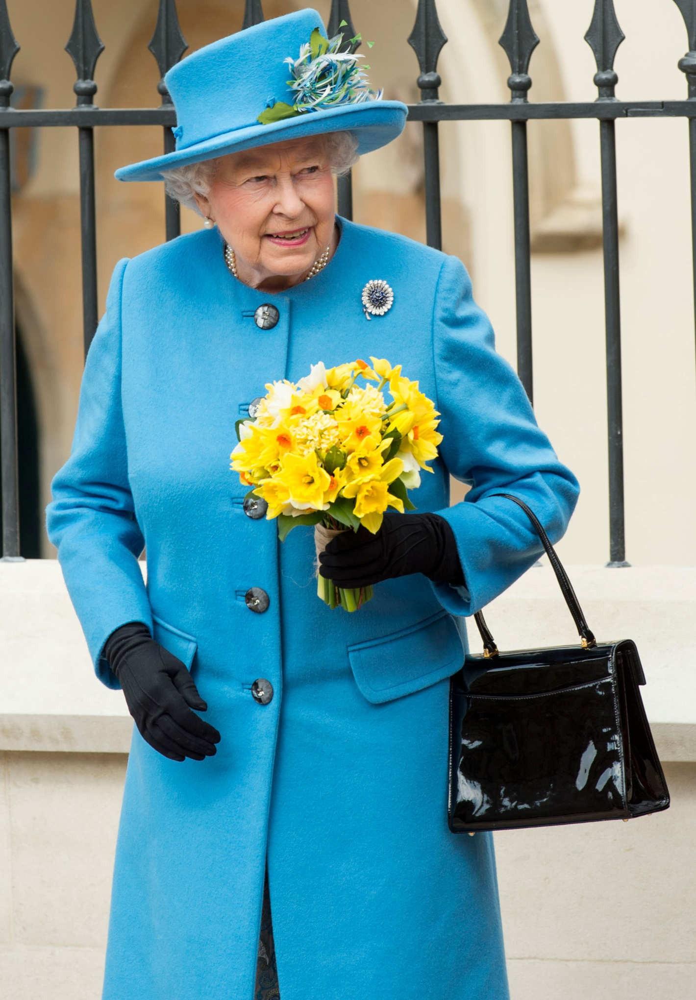 Ngoài gu diện đồ sặc sỡ, Nữ hoàng Anh còn có 5 bí mật làm nên phong cách thời trang không thể trộn lẫn - Ảnh 17.
