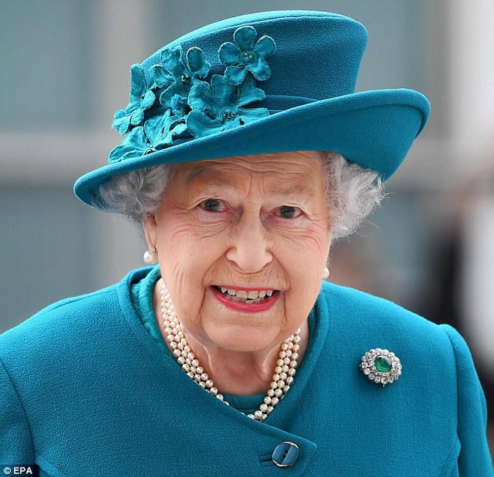 Ngoài gu diện đồ sặc sỡ, Nữ hoàng Anh còn có 5 bí mật làm nên phong cách thời trang không thể trộn lẫn - Ảnh 5.