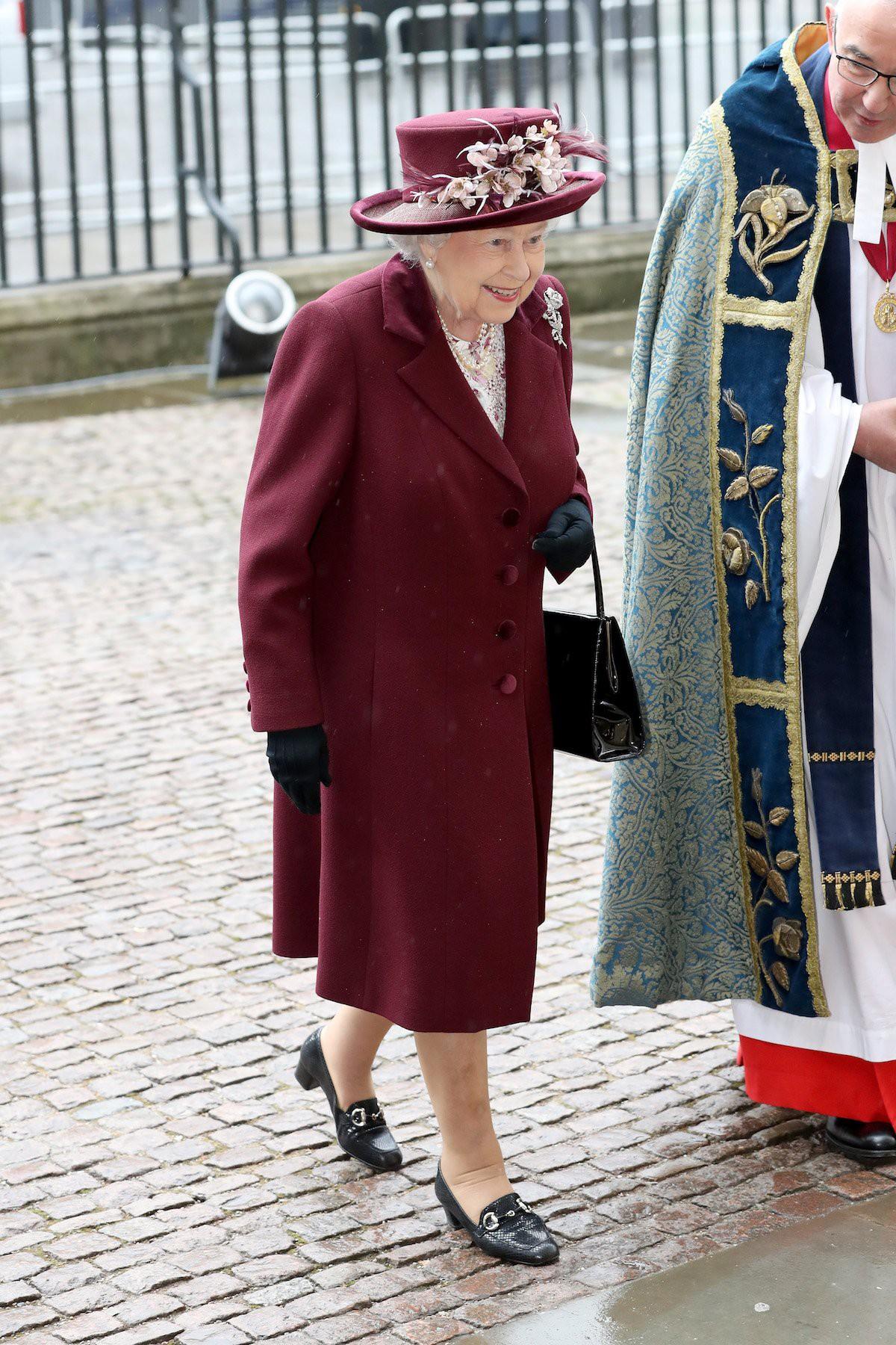 Ngoài gu diện đồ sặc sỡ, Nữ hoàng Anh còn có 5 bí mật làm nên phong cách thời trang không thể trộn lẫn - Ảnh 15.