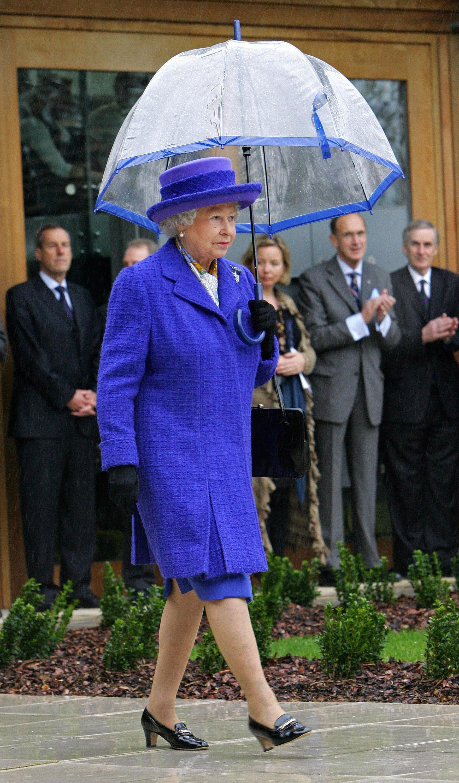 Ngoài gu diện đồ sặc sỡ, Nữ hoàng Anh còn có 5 bí mật làm nên phong cách thời trang không thể trộn lẫn - Ảnh 12.
