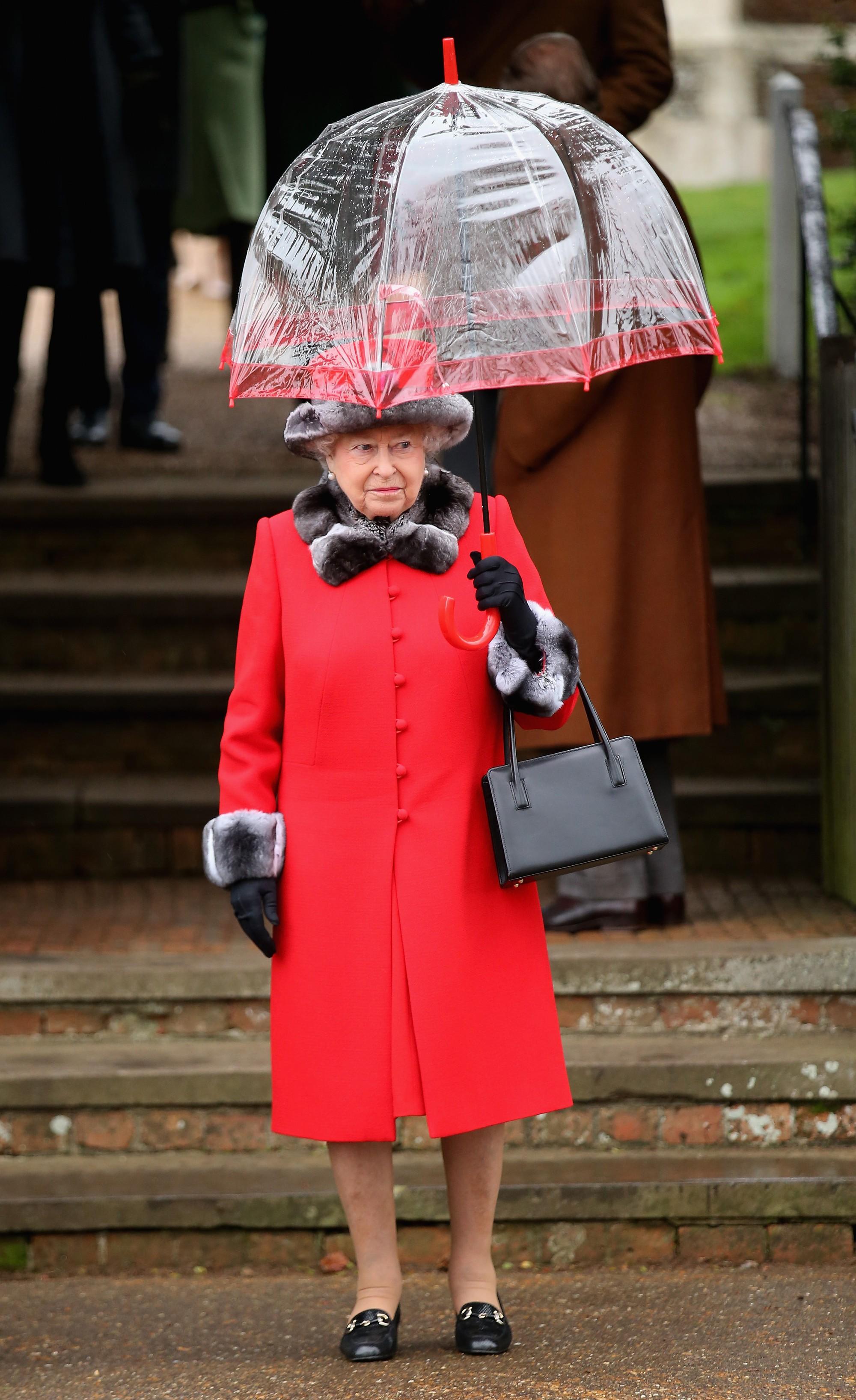 Ngoài gu diện đồ sặc sỡ, Nữ hoàng Anh còn có 5 bí mật làm nên phong cách thời trang không thể trộn lẫn - Ảnh 11.