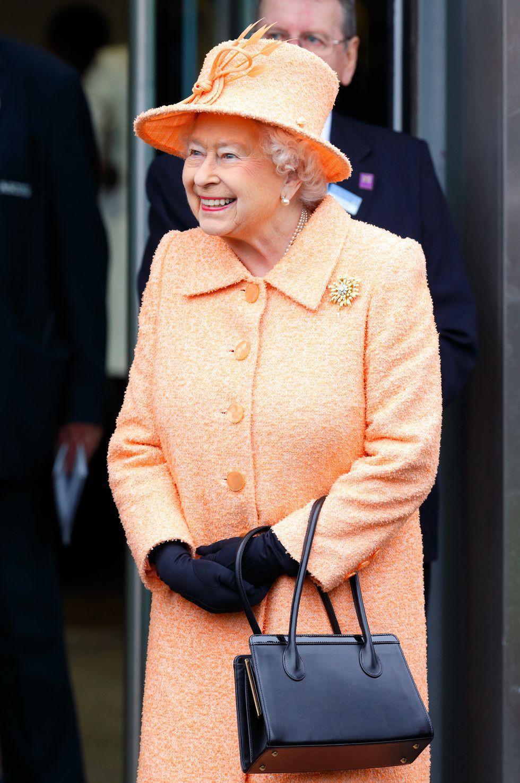 Ngoài gu diện đồ sặc sỡ, Nữ hoàng Anh còn có 5 bí mật làm nên phong cách thời trang không thể trộn lẫn - Ảnh 1.