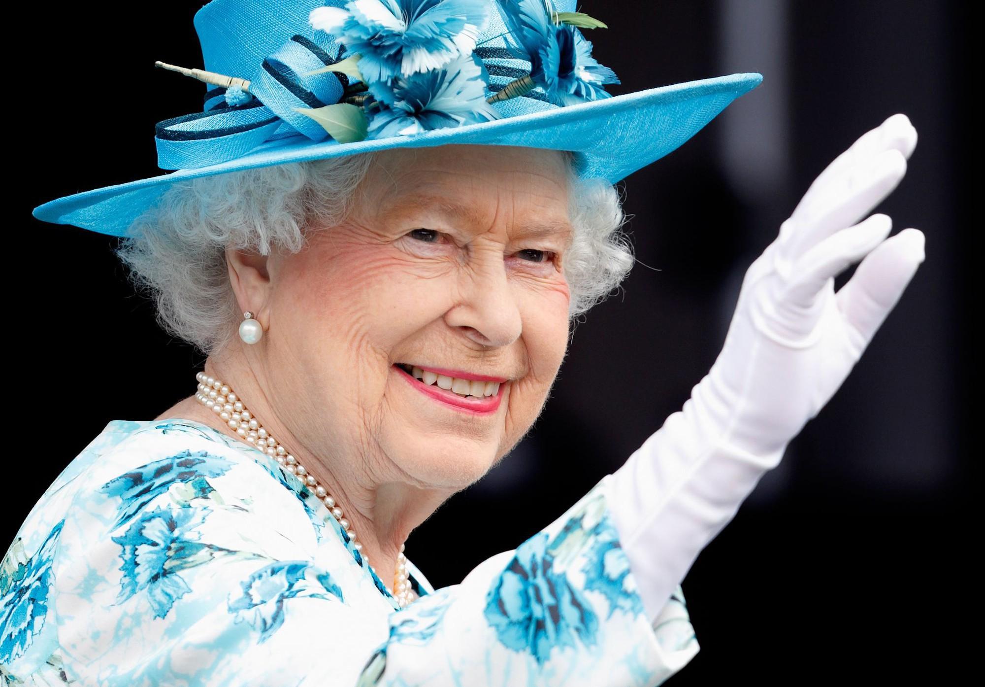 Ngoài gu diện đồ sặc sỡ, Nữ hoàng Anh còn có 5 bí mật làm nên phong cách thời trang không thể trộn lẫn - Ảnh 20.
