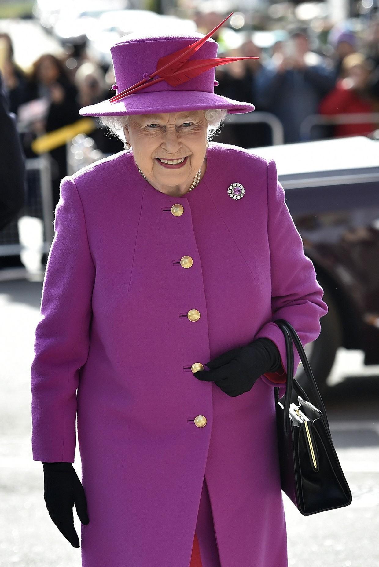 Ngoài gu diện đồ sặc sỡ, Nữ hoàng Anh còn có 5 bí mật làm nên phong cách thời trang không thể trộn lẫn - Ảnh 18.