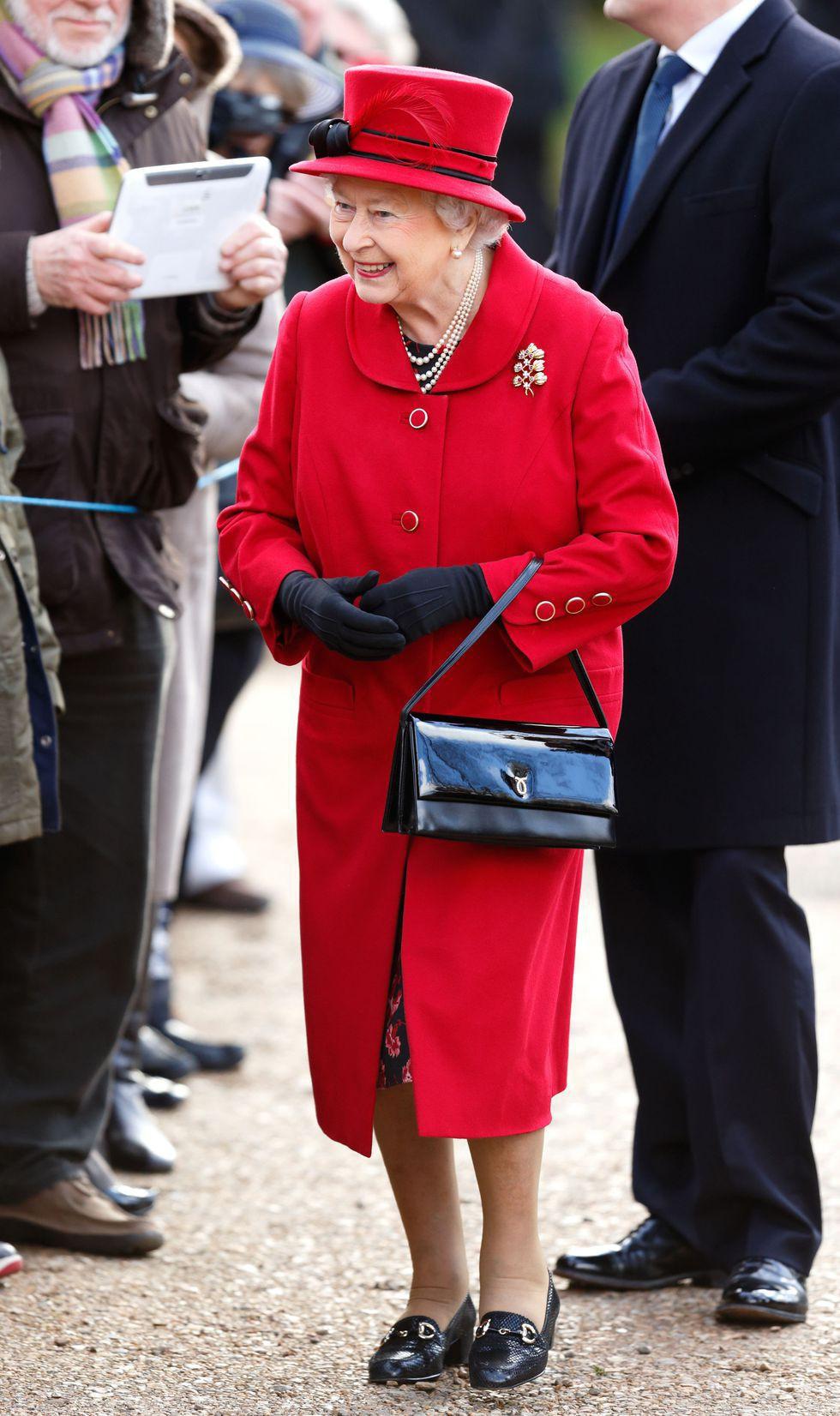 Ngoài gu diện đồ sặc sỡ, Nữ hoàng Anh còn có 5 bí mật làm nên phong cách thời trang không thể trộn lẫn - Ảnh 2.