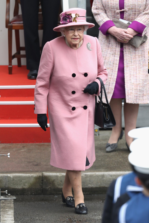 Ngoài gu diện đồ sặc sỡ, Nữ hoàng Anh còn có 5 bí mật làm nên phong cách thời trang không thể trộn lẫn - Ảnh 13.