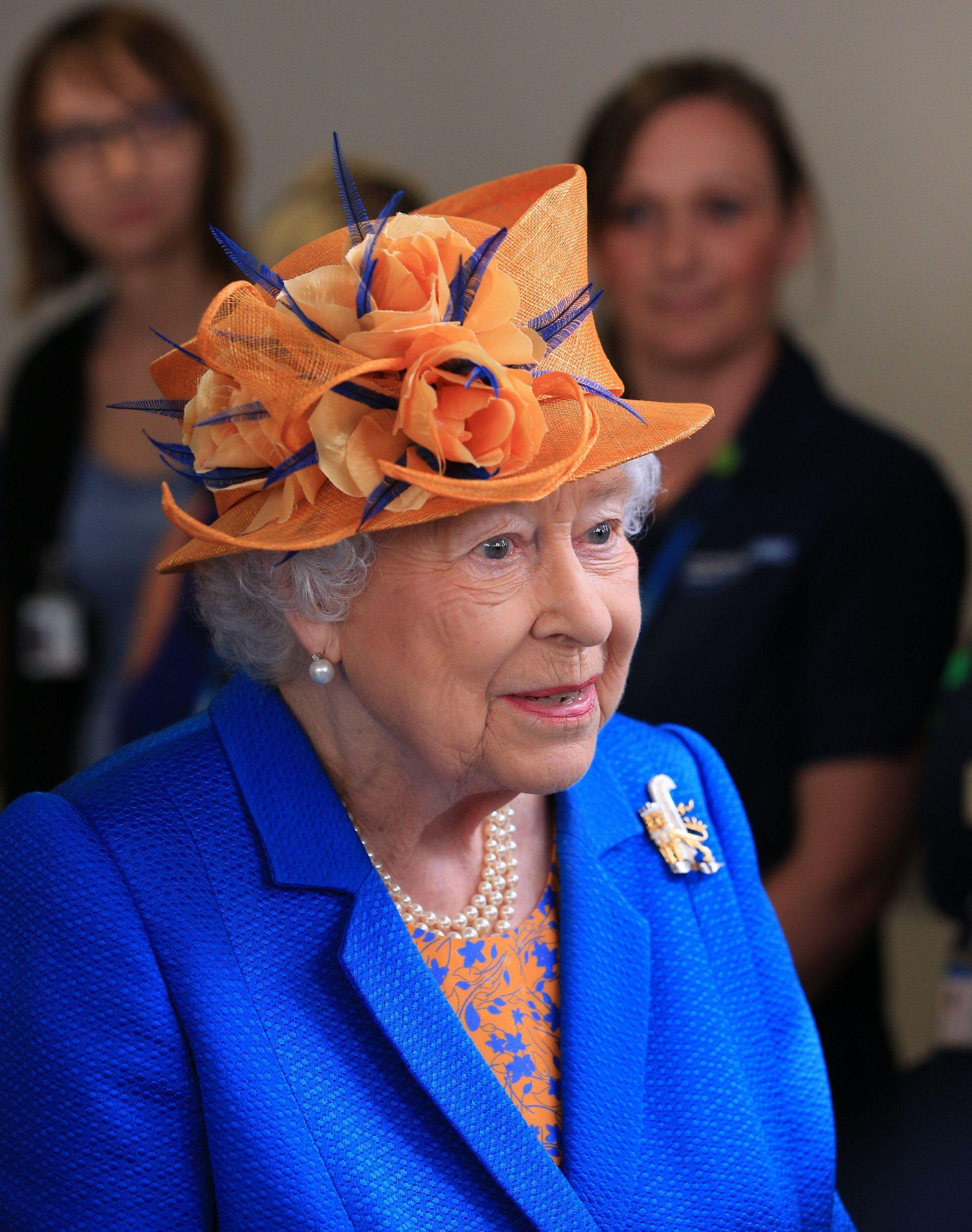 Ngoài gu diện đồ sặc sỡ, Nữ hoàng Anh còn có 5 bí mật làm nên phong cách thời trang không thể trộn lẫn - Ảnh 7.
