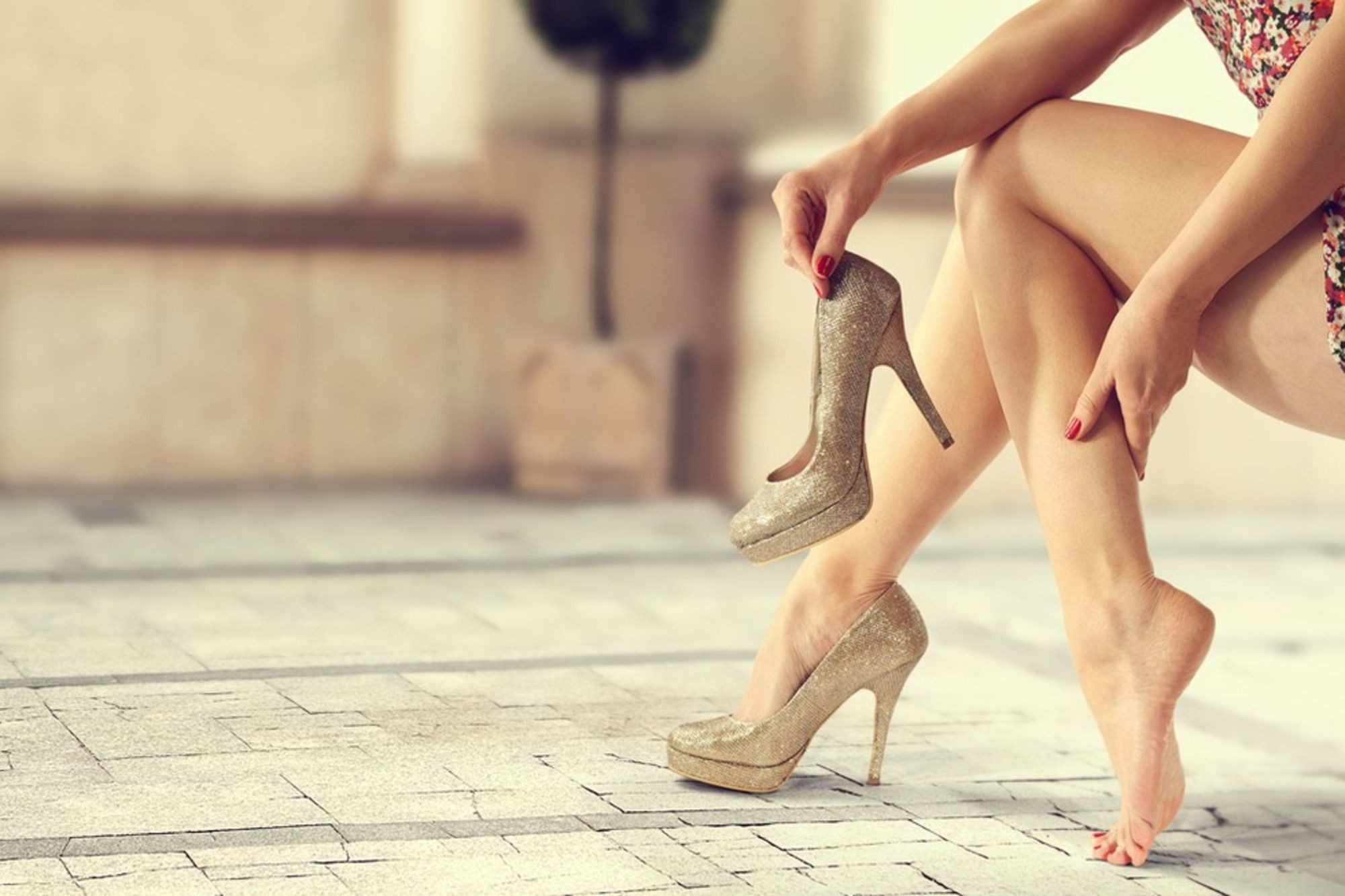 Đây là những lợi ích sức khoẻ bạn nhận được nếu hạn chế đi giày cao gót - Ảnh 1.
