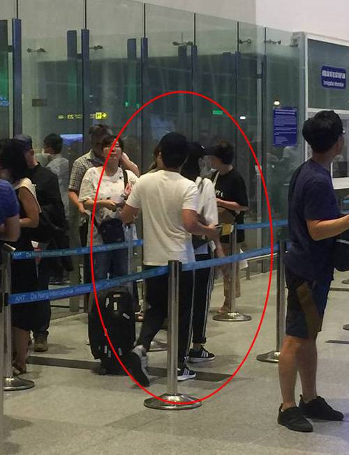 Vợ chồng Trường Giang - Nhã Phương bị bắt gặp ở sân bay, chuẩn bị đi nước ngoài hưởng tuần trăng mật? - Ảnh 1.