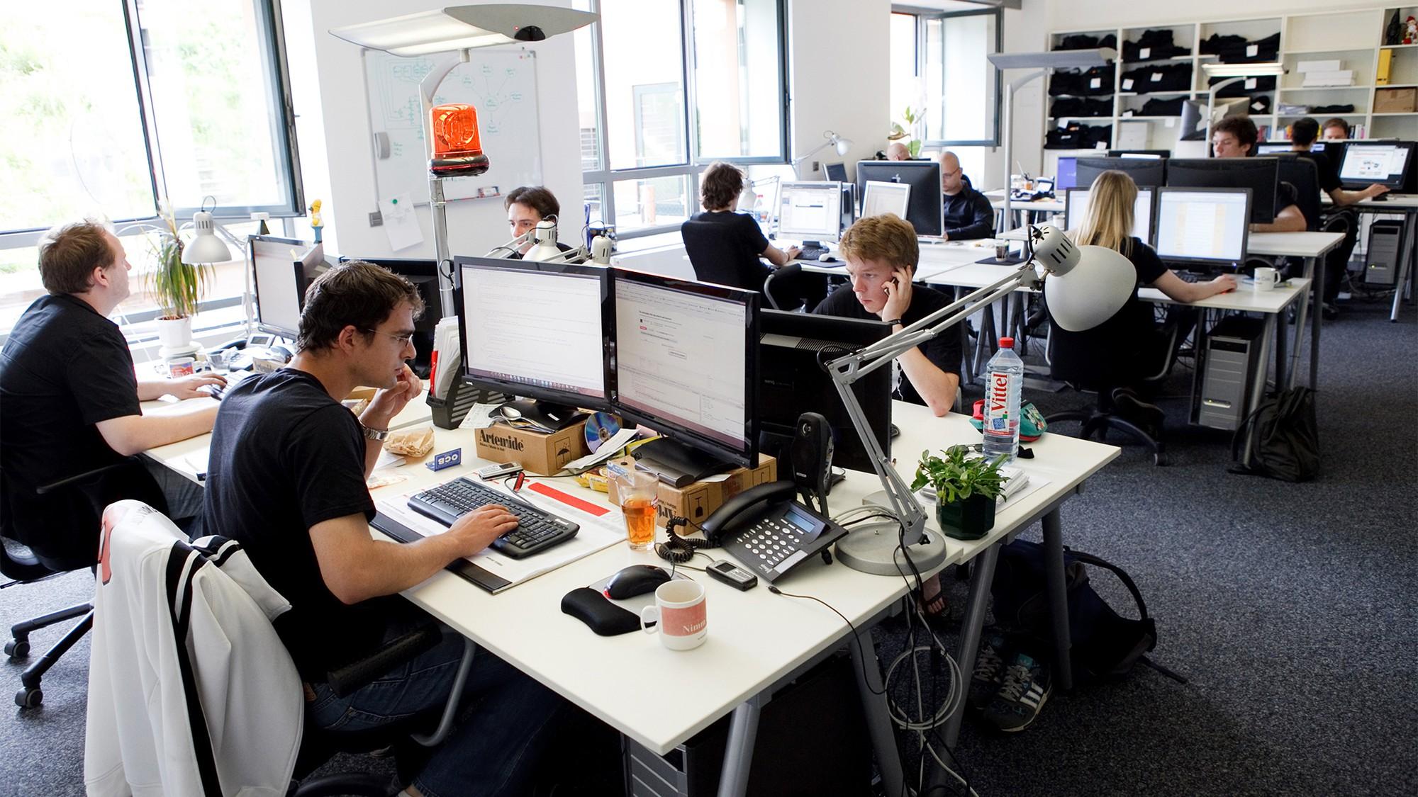 Ngồi im một chỗ tới 7 - 8 tiếng/ngày khiến dân văn phòng có nguy cơ cao gặp phải căn bệnh khó nói này - Ảnh 3.
