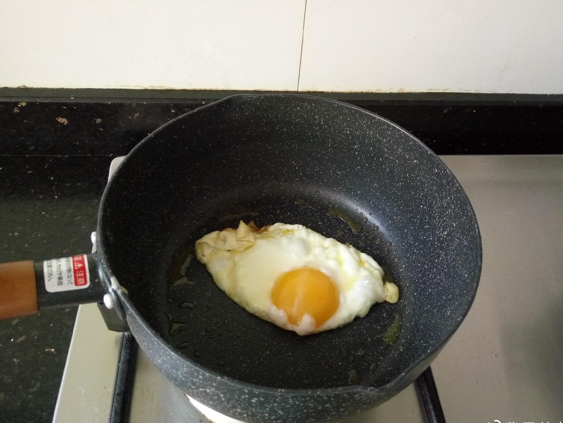 15 phút nấu mì trứng nấm nóng hổi cho bữa sáng ngon bất ngờ