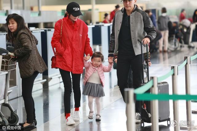 Dương Mịch bị chỉ trích thậm tệ khi bị so sánh với hình ảnh chăm con khéo léo của Angela Baby - Ảnh 4.