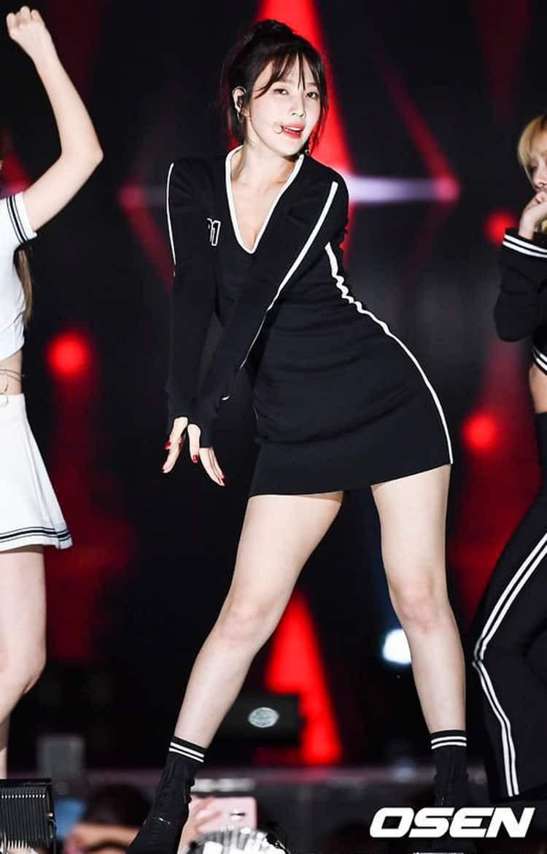 Nhìn thì đơn giản nhưng chỉ những nàng chân dài, dáng đẹp mới có thể diện được mẫu váy này - Ảnh 2.