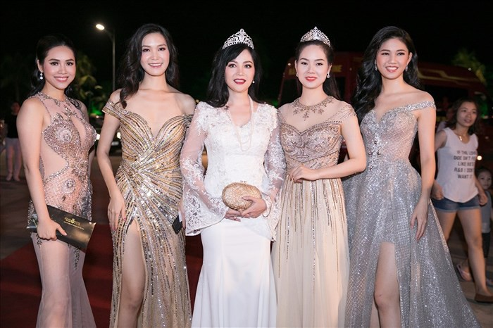 Dám làm việc mà cả trăm Hoa hậu đều ngại ngần, Mỹ Linh và Jolie Nguyễn đều thăng hạng phong cách vù vù! - Ảnh 1.