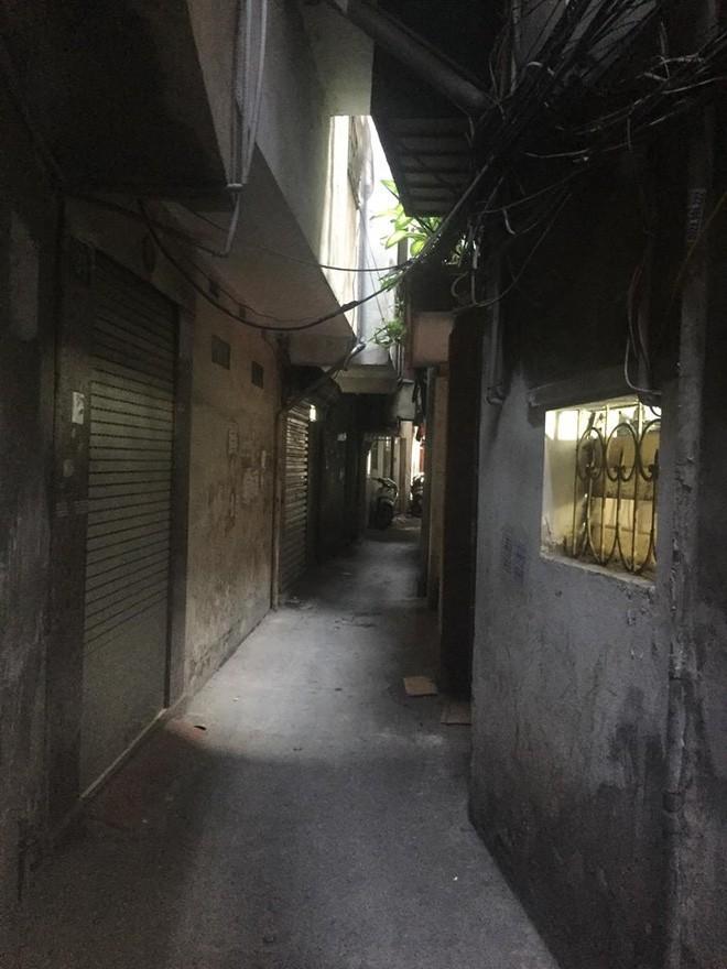 Hà Nội: Cháu bé 6 tuổi bị bố dượng nhốt trong nhà, tẩm xăng đốt đang trong tình trạng nguy kịch - Ảnh 2.
