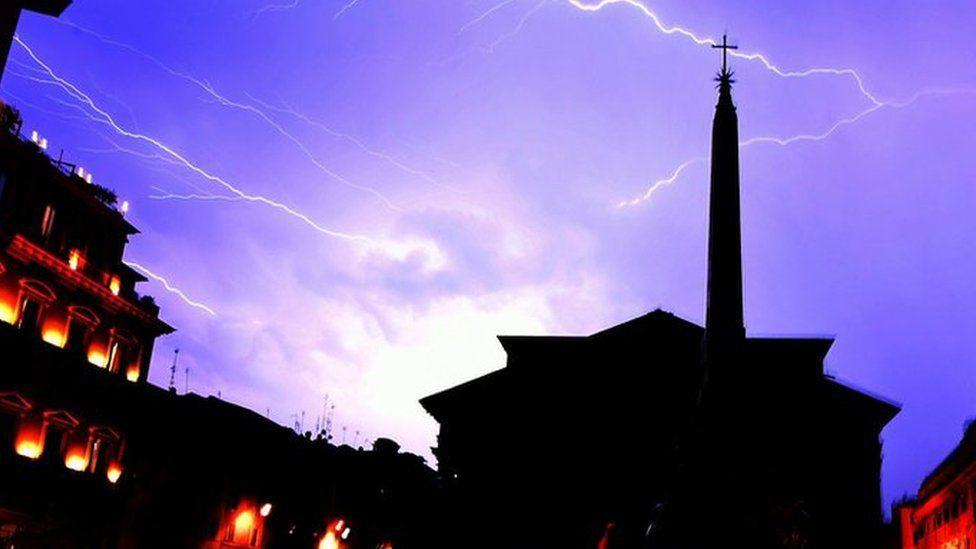 Bạn sẽ không thể tin nổi đây là thành phố Rome chỉ sau một cơn mưa đá và lũ quét - Ảnh 9.