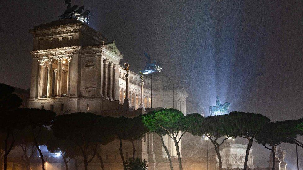 Bạn sẽ không thể tin nổi đây là thành phố Rome chỉ sau một cơn mưa đá và lũ quét - Ảnh 2.