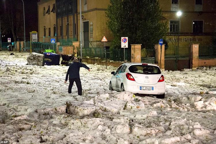 Bạn sẽ không thể tin nổi đây là thành phố Rome chỉ sau một cơn mưa đá và lũ quét - Ảnh 1.