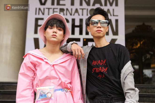 Street style Vietnam International Fashion Week ngày 4: các bạn trẻ đã bớt ăn mặc lồng lộn khó cảm - Ảnh 7.