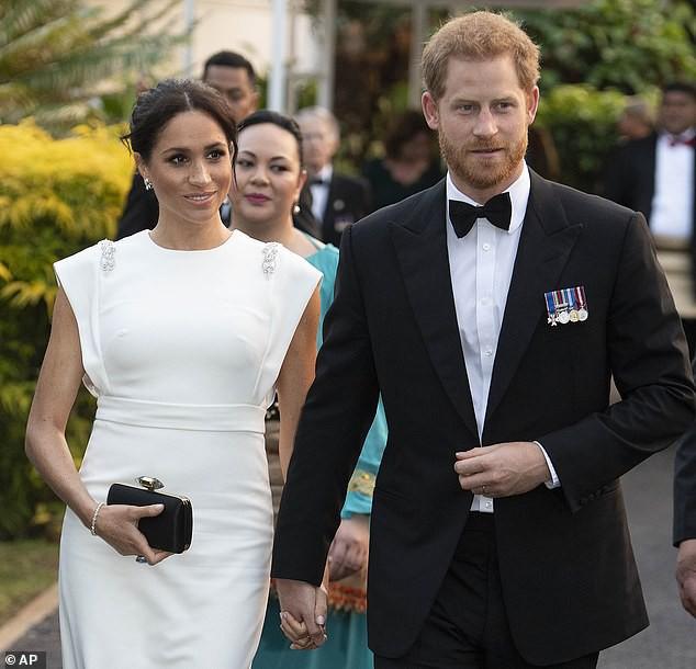 Với loạt chi tiết này, báo Anh tin rằng cả Hoàng gia đang xem Meghan Markle như Công nương Diana thứ 2 - Ảnh 1.
