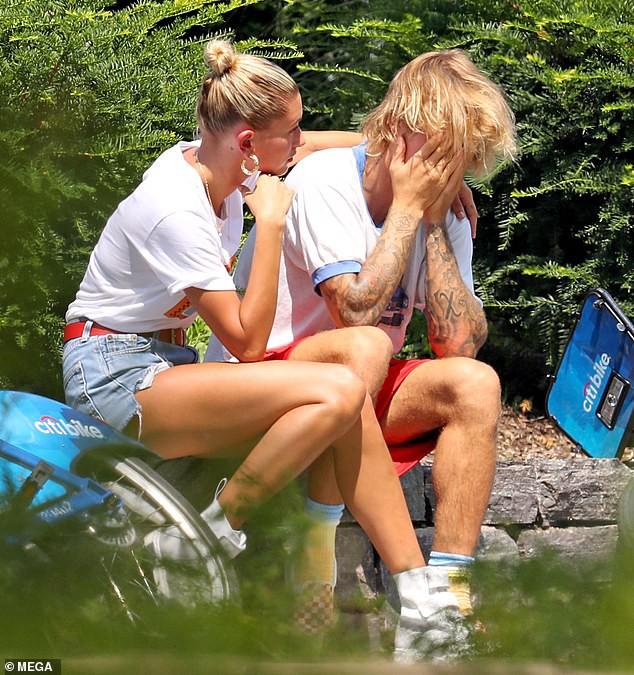 Justin Bieber bỗng ôm mặt khóc nức nở trong quán bar, Hailey ngồi cạnh không ngừng an ủi - Ảnh 4.