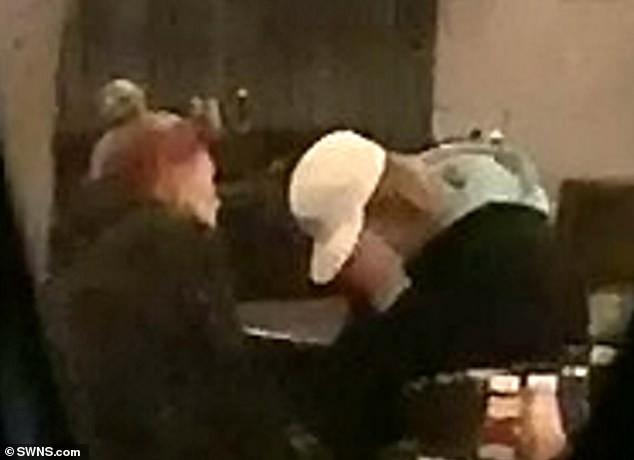 Justin Bieber bỗng ôm mặt khóc nức nở trong quán bar, Hailey ngồi cạnh không ngừng an ủi - Ảnh 1.