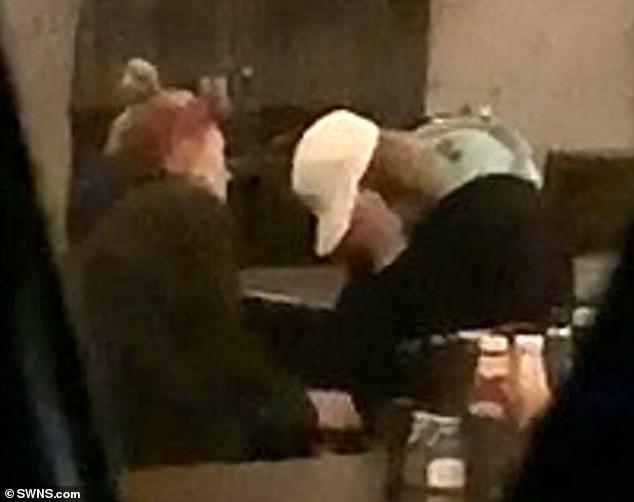 Justin Bieber bỗng ôm mặt khóc nức nở trong quán bar, Hailey ngồi cạnh không ngừng an ủi - Ảnh 3.