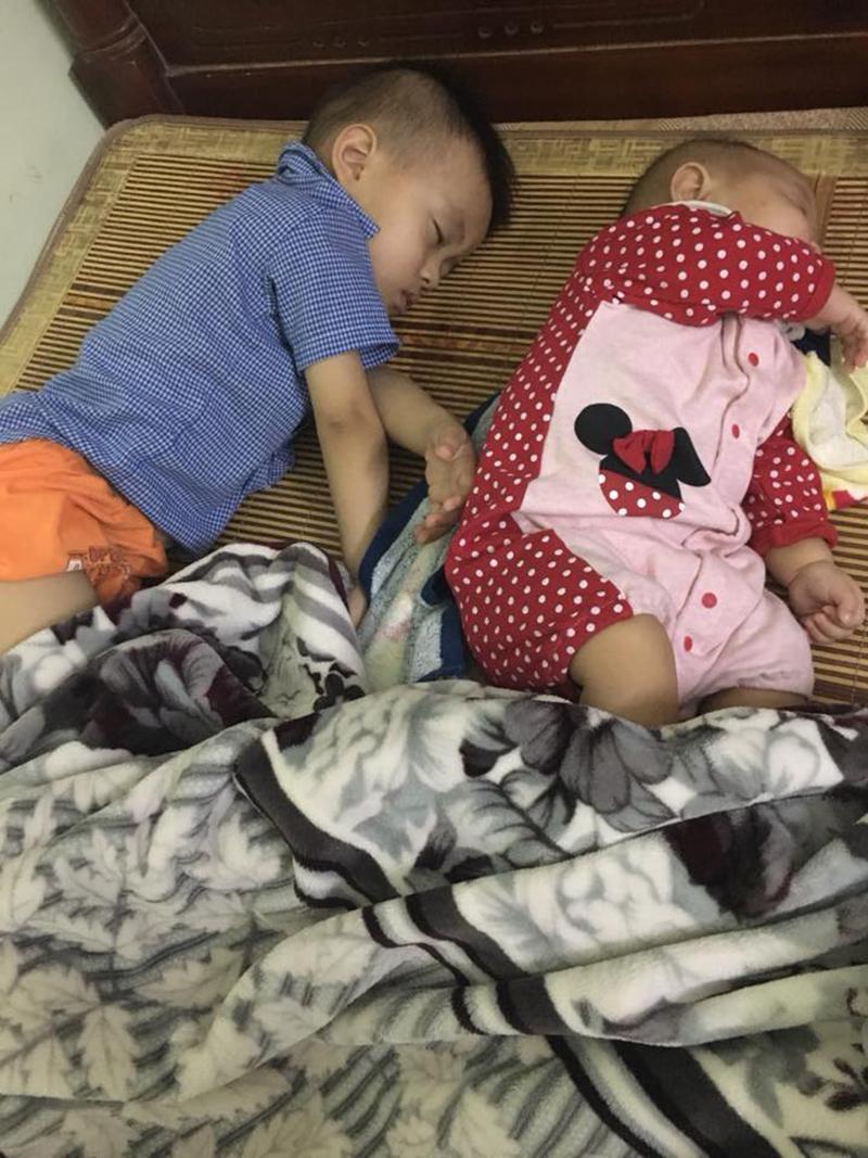 Hình ảnh Nhật Linh cầm tay Tú (lúc bé) và Tú nằm ngủ cạnh Bình An khiến nhiều người xúc động.