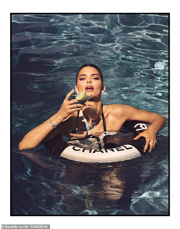 Kendall Jenner chiêu đãi fan thêm bộ ảnh quyến rũ hút hồn giữa lúc show Victorias Secret diễn ra - Ảnh 2.