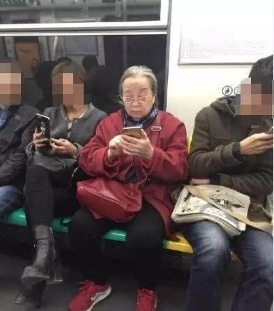Dung Ma Ma Lý Minh Khải khoẻ mạnh, minh mẫn ở tuổi 82, nở nụ cười khi được người hâm mộ nhận ra - Ảnh 6.