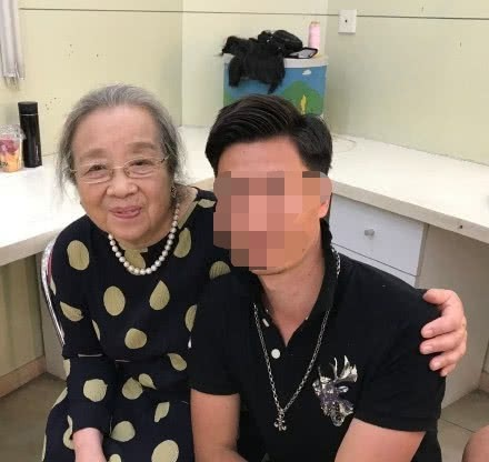 Dung Ma Ma Lý Minh Khải khoẻ mạnh, minh mẫn ở tuổi 82, nở nụ cười khi được người hâm mộ nhận ra - Ảnh 3.