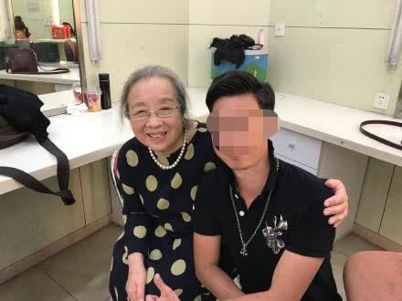 Dung Ma Ma Lý Minh Khải khoẻ mạnh, minh mẫn ở tuổi 82, nở nụ cười khi được người hâm mộ nhận ra - Ảnh 4.