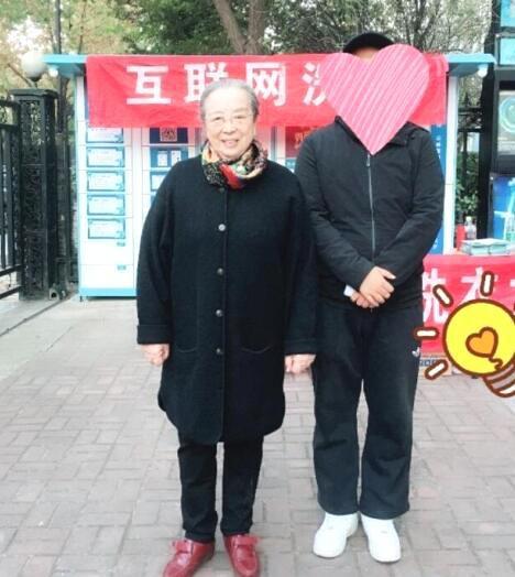 Dung Ma Ma Lý Minh Khải khoẻ mạnh, minh mẫn ở tuổi 82, nở nụ cười khi được người hâm mộ nhận ra - Ảnh 1.