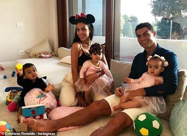 Cristiano Ronaldo đính hôn với bạn gái Georgina Rodriguez giữa lúc bị cáo buộc tội cưỡng hiếp - Ảnh 4.