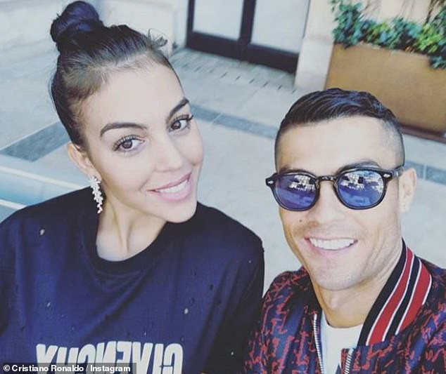 Cristiano Ronaldo đính hôn với bạn gái Georgina Rodriguez giữa lúc bị cáo buộc tội cưỡng hiếp - Ảnh 1.