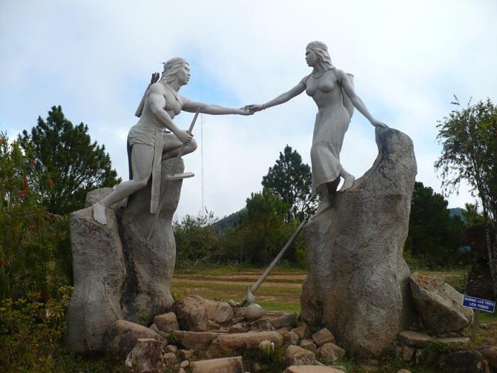 Tượng chàng Lang và nàng Biang trên đỉnh núi