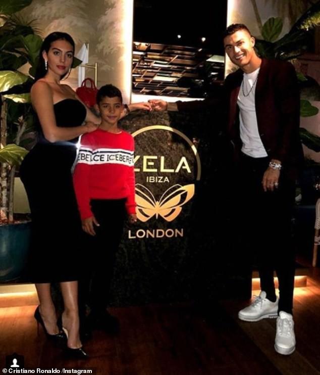 Cristiano Ronaldo đính hôn với bạn gái Georgina Rodriguez giữa lúc bị cáo buộc tội cưỡng hiếp - Ảnh 3.