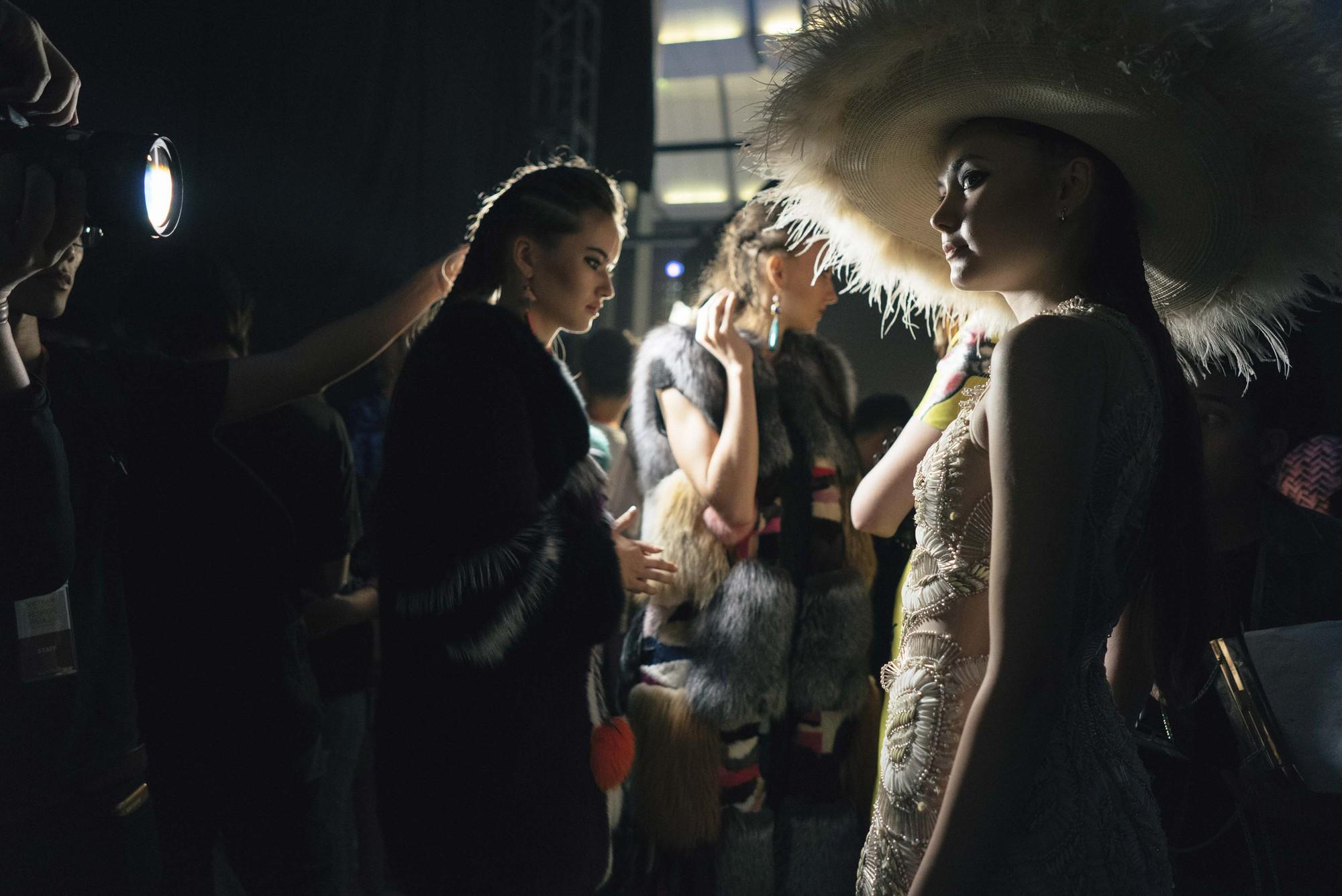 Không chỉ người mẫu, cánh nhiếp ảnh gia cũng đồng loạt tố ekip VIFW: Làm thì cực mà lúc đòi tiền thì như ăn xin! - Ảnh 7.