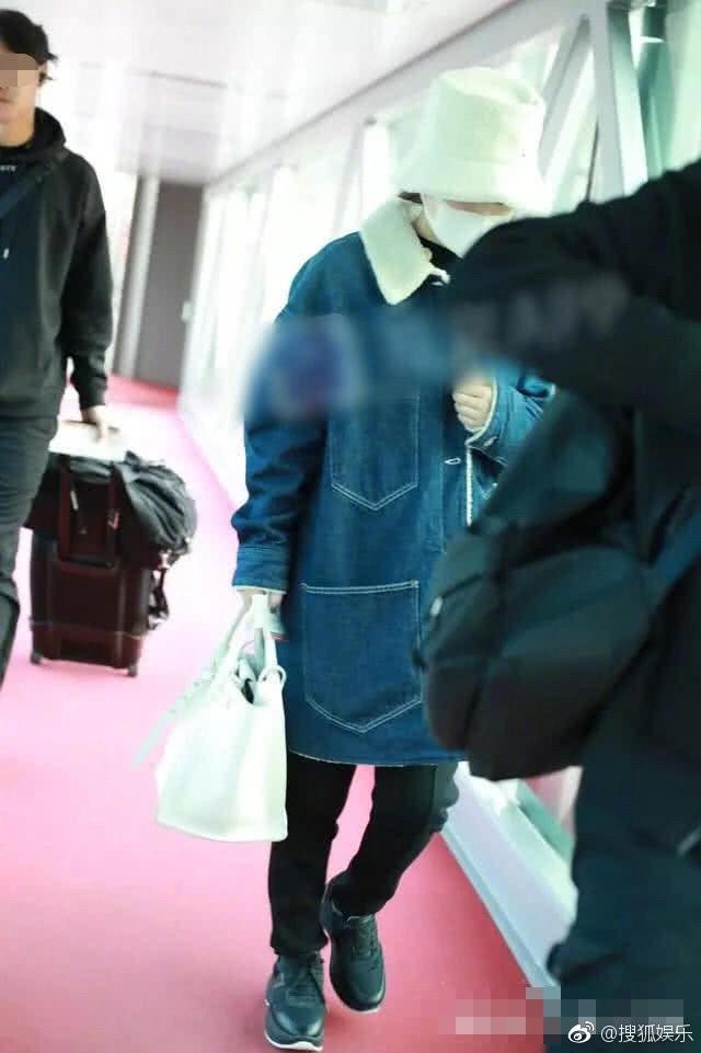 Phùng Thiệu Phong bị chỉ trích vì không nắm tay, cầm túi hộ bà xã Triệu Lệ Dĩnh đang mang bầu? - Ảnh 5.