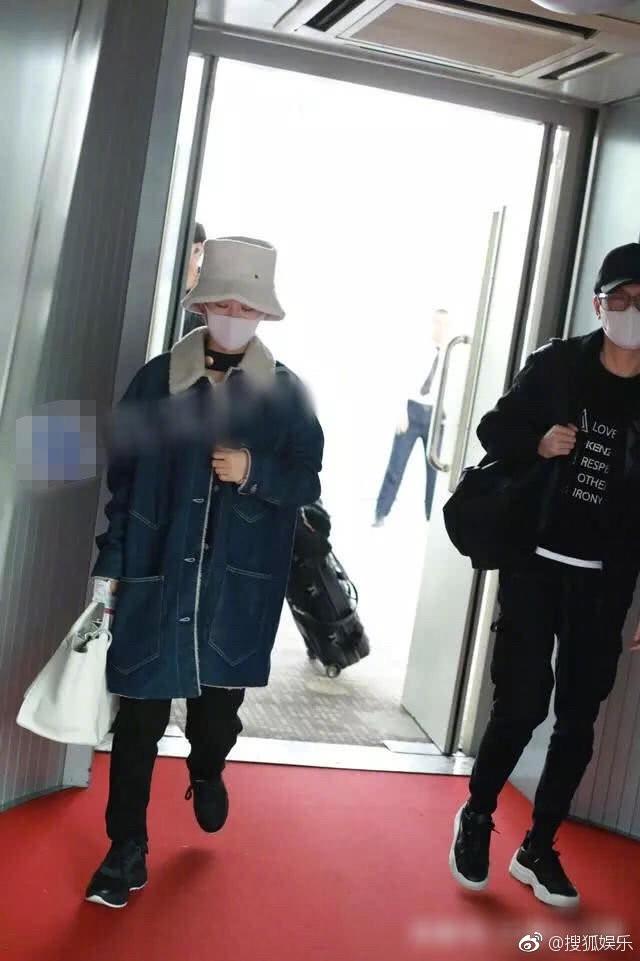 Phùng Thiệu Phong bị chỉ trích vì không nắm tay, cầm túi hộ bà xã Triệu Lệ Dĩnh đang mang bầu? - Ảnh 3.