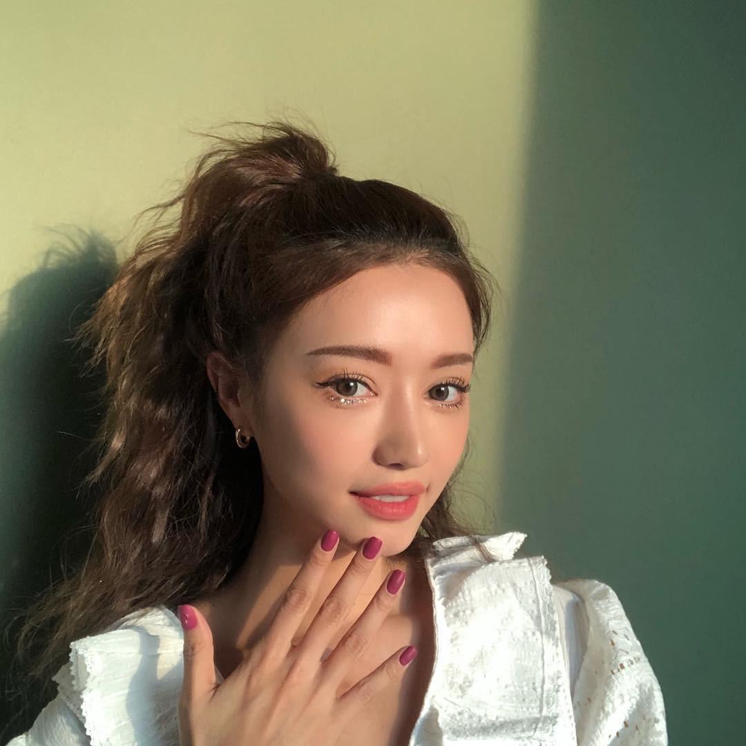 Muốn xinh như công chúa hay khí chất như fashionista, bạn hãy để 4 kiểu tóc này khi diện áo len - Ảnh 11.