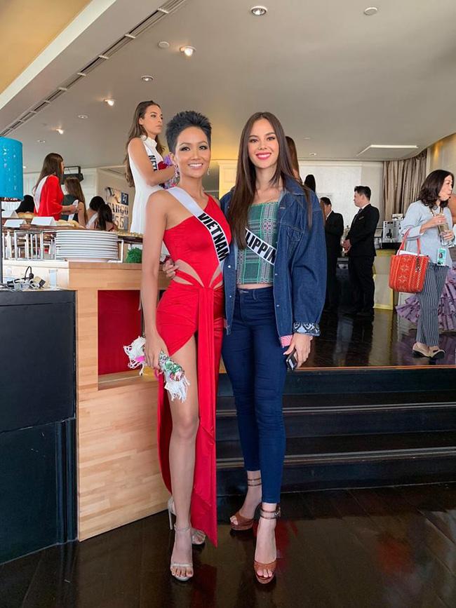 Đứng cạnh nữ thần người Philippines - ứng viên số 1 cho vương miện Miss Universe 2018, HHen Niê vẫn hút mọi ánh nhìn - Ảnh 4.