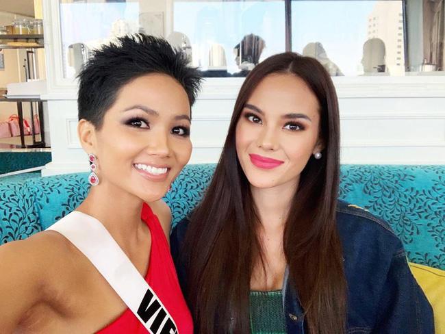Đứng cạnh nữ thần người Philippines - ứng viên số 1 cho vương miện Miss Universe 2018, HHen Niê vẫn hút mọi ánh nhìn - Ảnh 1.